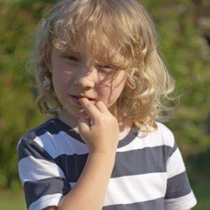 Ребенок грызет ногти - появятся глисты