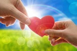 сердце в руках мужчины и женщины