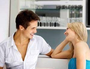 девушка кокетничает с парнем