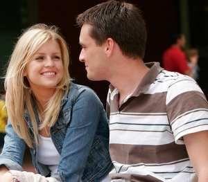 девушка улыбается молодому человеку