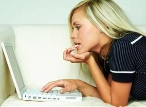 девушка общается с поклонником при помощи всемирной сети Интернет