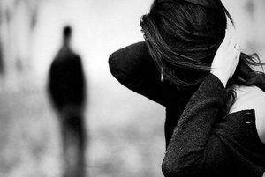 женщина держится руками за голову, а парень уходит вдаль