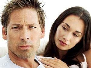 женщина пытается расположить к себе мужчину