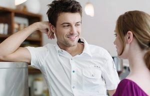 парень улыбается девушке