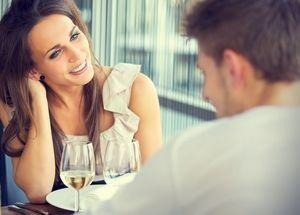 девушка общается с молодым человеком