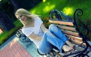 девушка на лавочке в парке
