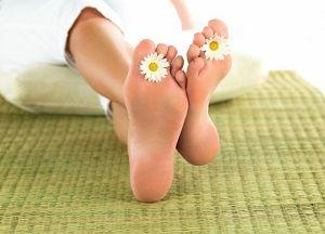 Почему появляется огрубевшая кожа на ногах и как сделать пятки мягкими в домашних условиях: общие рекомендации и эффективные рецепты