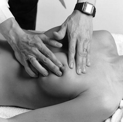 Тщательный осмотр груди поможет выявить образования