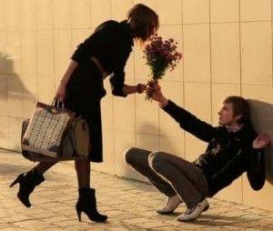 Мужчина дарит цветы