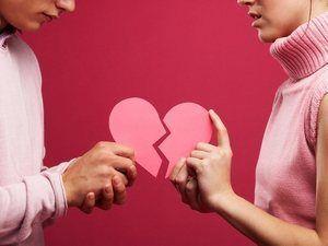 молодые люди соединяют бумажное сердце