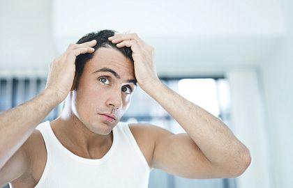 Почему шелушится кожа головы?