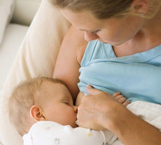 Неправильное прикладывание малыша - причина трещин