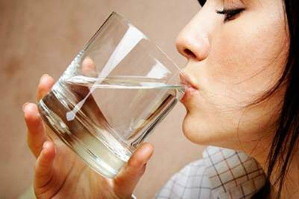Ограничивать потребление жидкости не стоит, поможет бессолевая диета